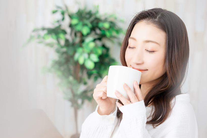 玄米コーヒーを飲む人