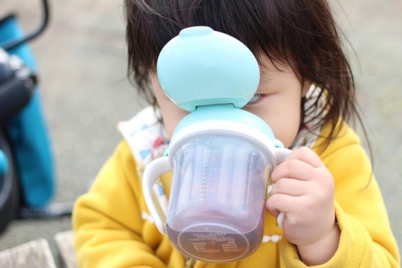 麦茶を飲む子ども