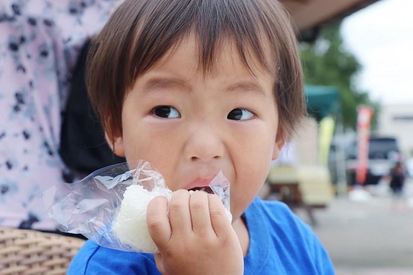 おにぎりを食べる子ども