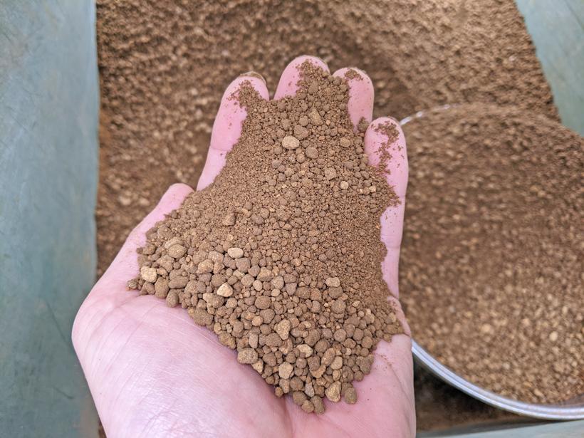 ミナミニシキの播種で使用する山土